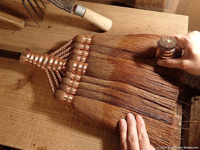 棕櫚箒-棕櫚皮9玉長柄箒の仕上げ工程