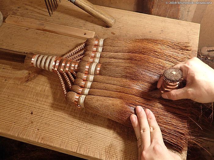 棕櫚箒-棕櫚皮長柄箒の仕上げ工程