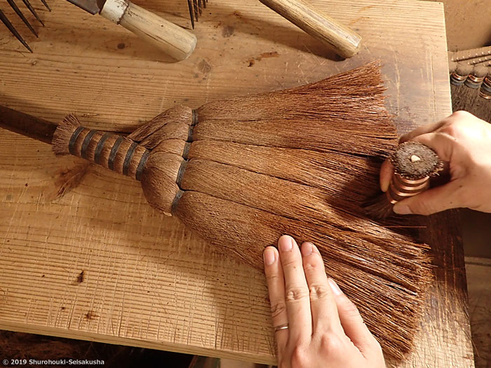 棕櫚箒-皮5玉手箒の穂先を捌く