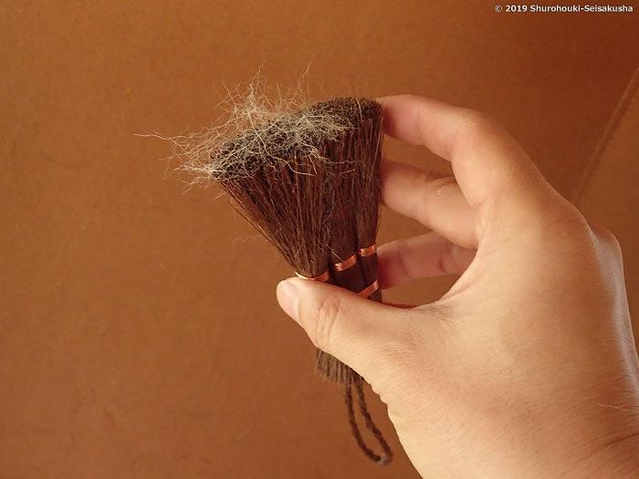 お手入れ-箒に入り込んでいた毛が浮いて出てきます