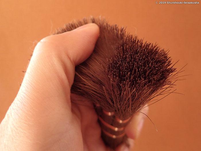 お手入れ-さらに指でこすり浮いた毛を取ります