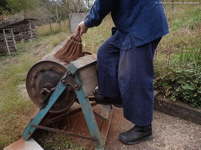 学校掃除用の棕櫚皮手箒を町内小中学校に納品3