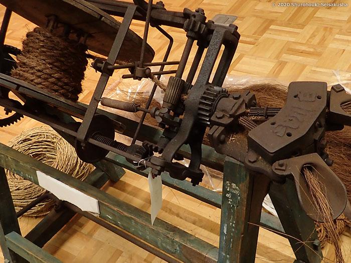足踏み式製縄機で棕櫚縄を作る