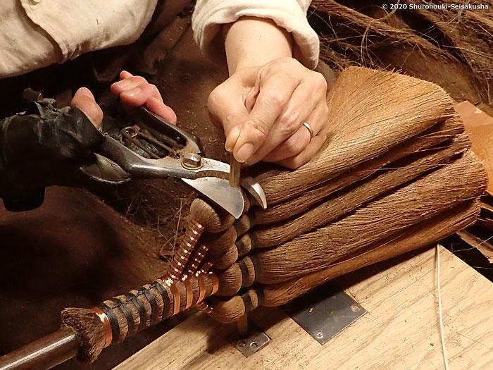 製作風景-【棕櫚箒】皮荒神箒1玉布袋竹柄製作風景-【棕櫚箒】皮手箒