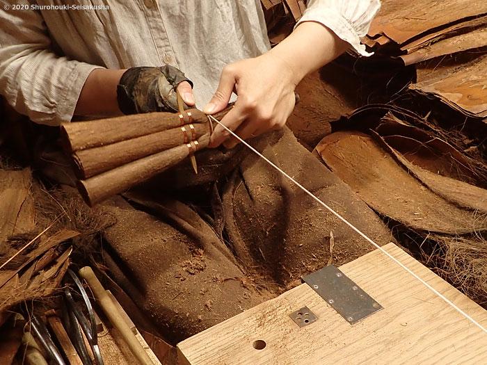 棕櫚箒-皮荒神箒3玉黒竹柄を作る