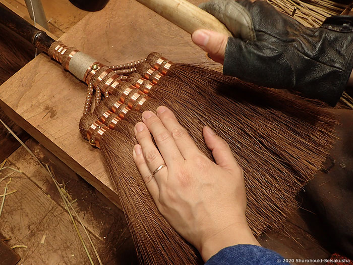 製作風景-【棕櫚箒】左:真鍮線巻、右:銅線巻、布袋竹柄
