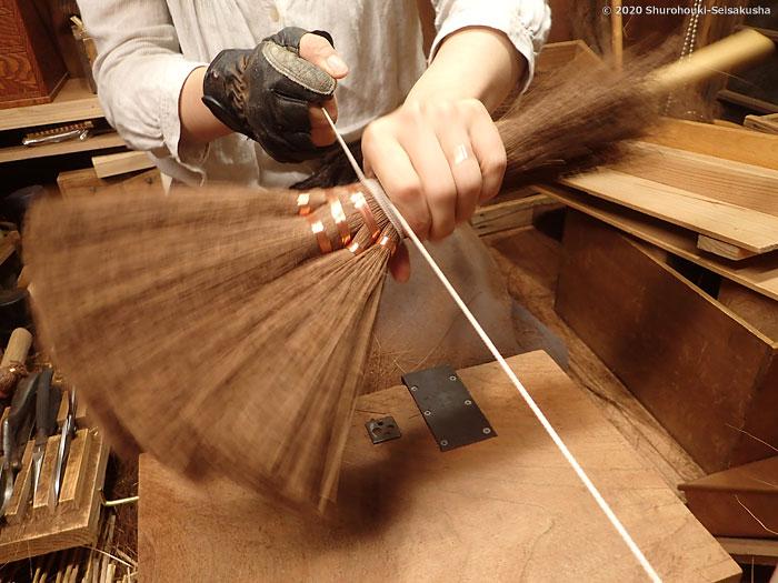 棕櫚箒-ヒノキ柄の本鬼毛5玉小手箒[階段箒]作り
